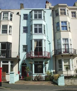Double room and shower close to beach. Wifi and TV - Brighton