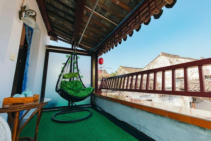 复式阳台大床房,景区内烟雨长廊下,一层+二层+阳台,免费提供汉服试穿拍照,免费接站,可享受打折门票