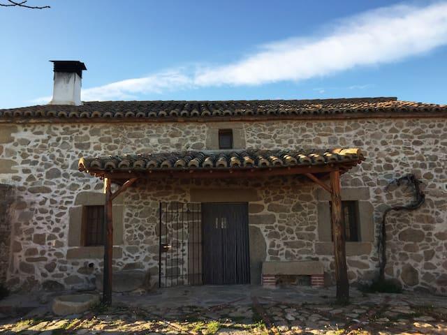 Casa Granja en Sierra de San Vicente. Agroturismo