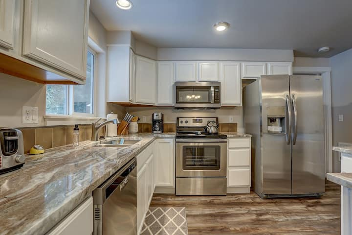 Stellar - Quiet retreat in the Woods! 2 min to Sunriver-Snowmobiling & Ski House