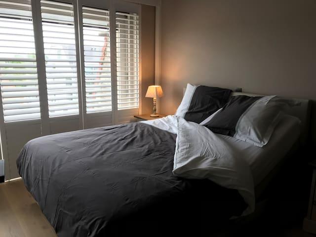 Chambre double avec lit boxspring électrique (160x200cm en deux matelas). Les lits seront faits pour votre arrivée si vous choisissez l'option Draps de lits).