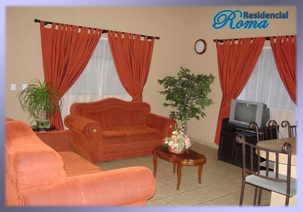 Sala de estar con pantalla plana y televisión por cable