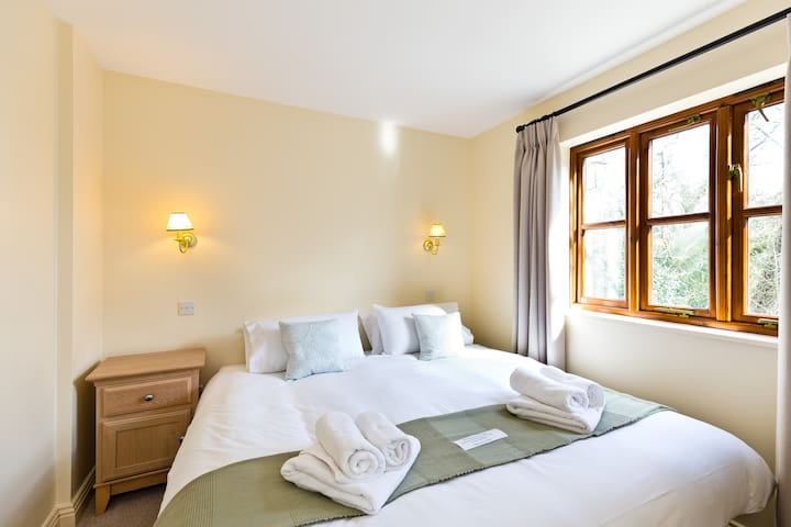 En-Suite Super-King bedroom can also be a Twin room. With its own double wardrobe, bedside cabinets & dressing table. You can relax in bed with the TV. The calm decor makes you feel at home instantly.