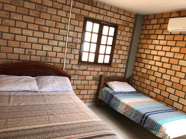 Quarto três, com nova configuração de cama. Agora com uma confortável cama de casal e uma de solteiro.