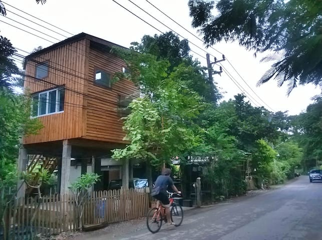 Modern treehouse in the foothills of Doi Suthep - Chiang Mai  - Rumah Pohon