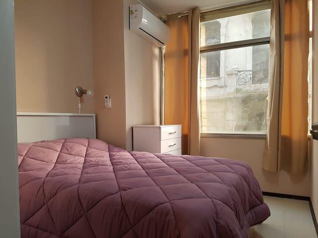 El dormitorio principal tiene un gran ventanal y está compartimentado.