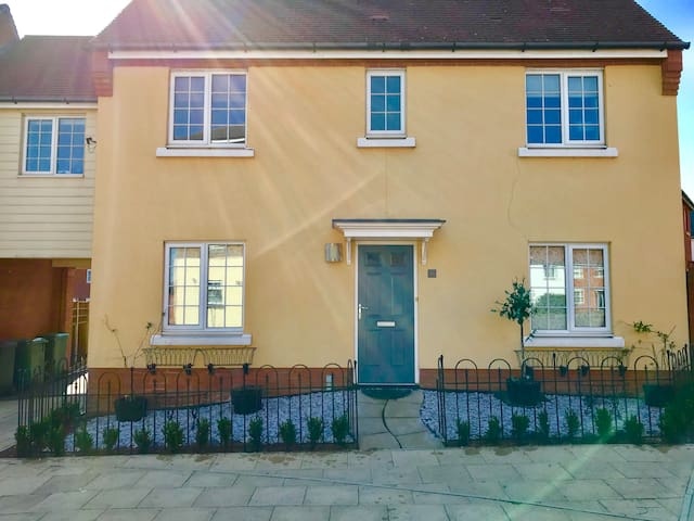 """""""The Yellow House"""" 7 Bed Link Detached with plenty of off road parking. Quiet and 2 min drive to A12 slip road and 24hr  Petrol garage. Aldi and family chain restaurants 10 min walking distance. Children play park and lake 2 min walk away."""