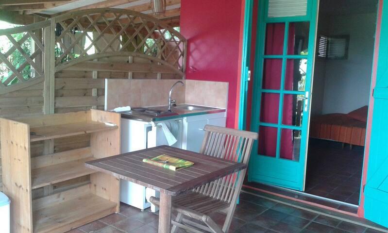 Joli studio dans bas de villa avec piscine