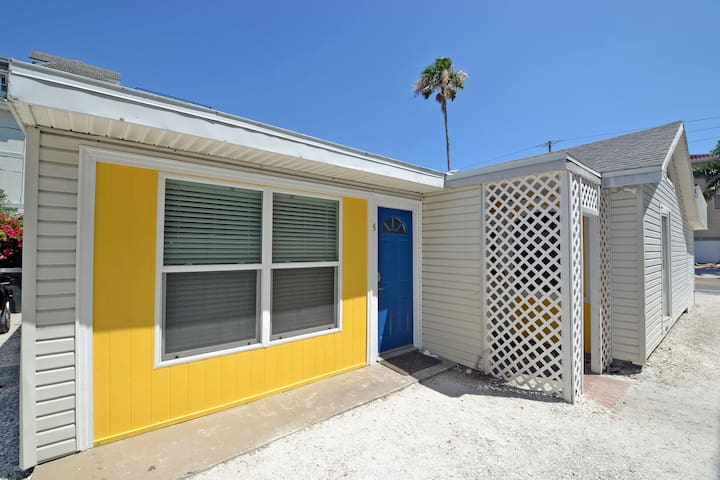 Studio retreat on Siesta Key, steps to the beach