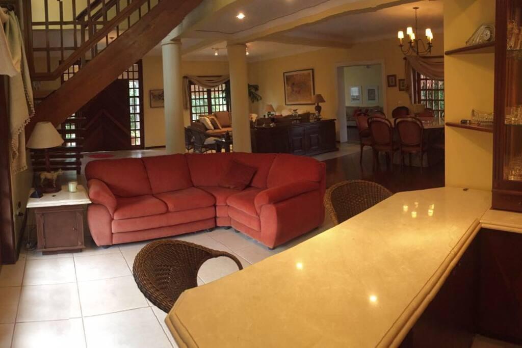 Bar , sala de jantar e estar