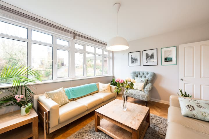 Stunning, Spacious 4 Bed in Pretty Blackheath - Londen - Huis
