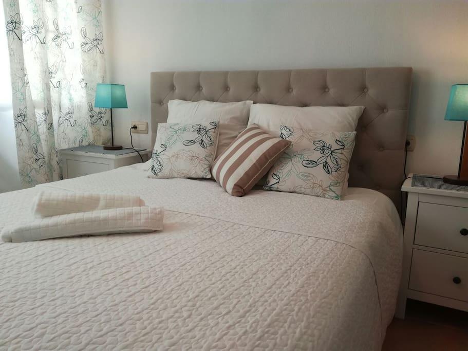 la grande chambre avec un lit king size utra confortable , le bureau pour l' ordinateur et beaucoup de place pour les rangement