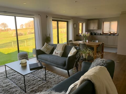 Quiet luxury rural cottage with fantastic views.