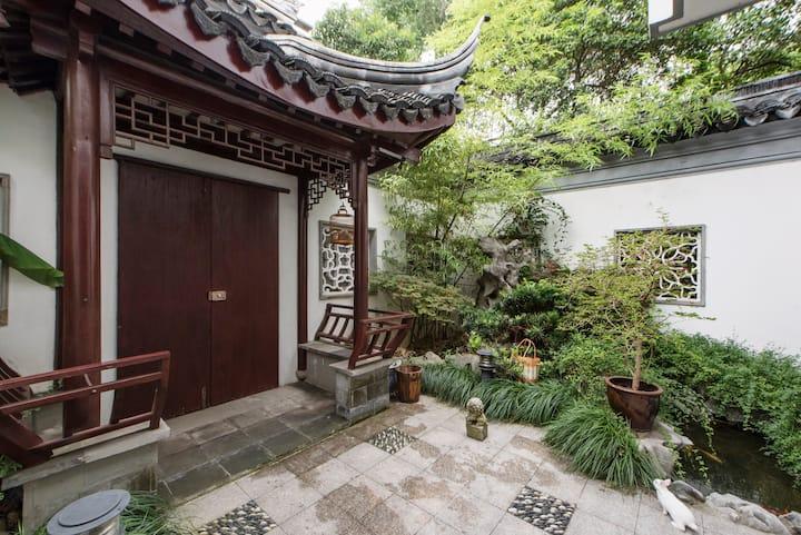姑苏小院(私人园林别墅,面积400平方米)毗邻平江路、苏州园林、苏州博物馆等。平台价格是一个房间价格