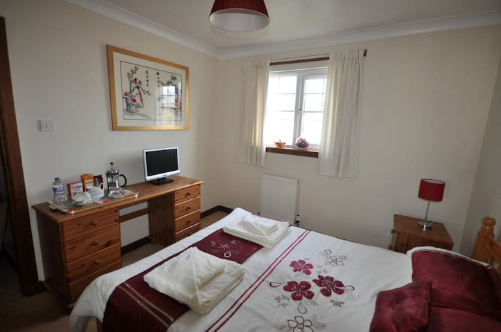 Double room B&B in cul-de-sac in village by AYR - Dalrymple - Dom