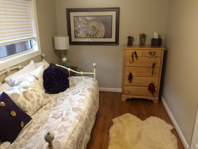 Comfy trundle bed in north Napa
