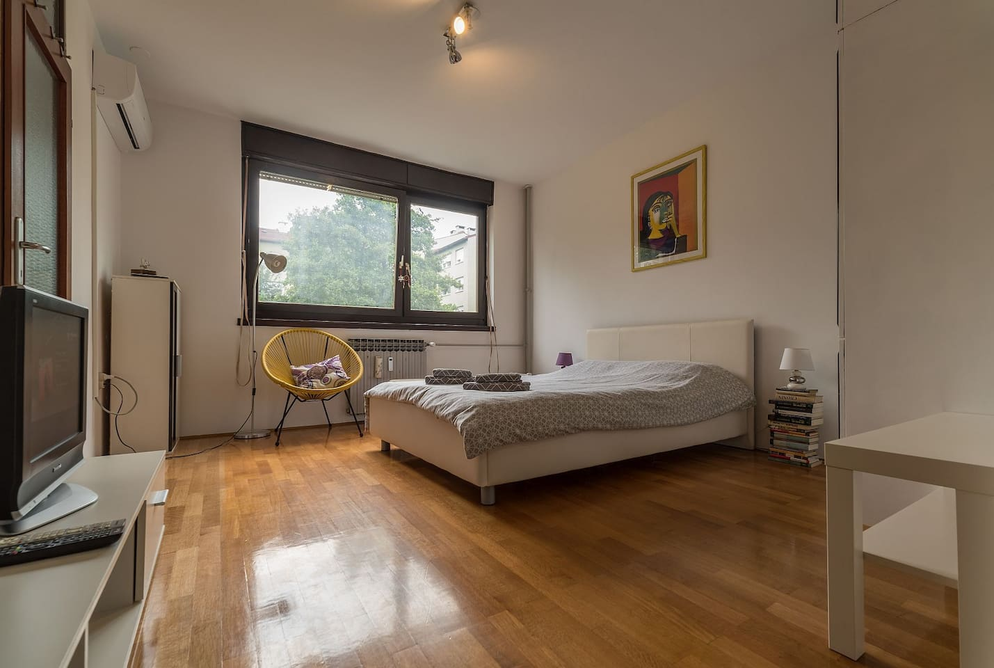 Big and spacious room with lot of light.
