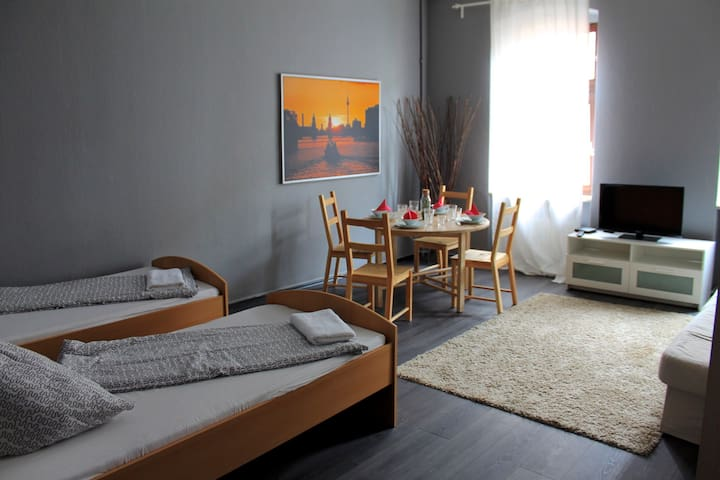 comfortable apartment in the heart of kreuzberg flats for rent in berlin berlin germany. Black Bedroom Furniture Sets. Home Design Ideas