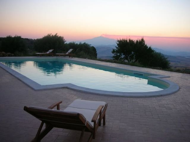Il Gelso Nero with swimming pool, Aidone