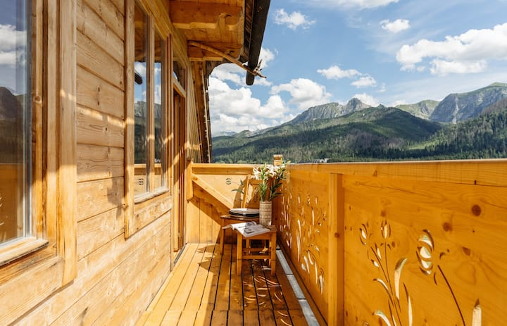 Stay in close proximity to hiking trails with the best mountains view