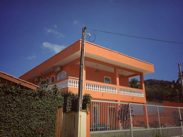 Ombak Guest House Matahari com varanda