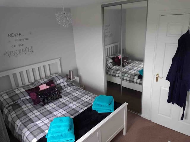 Spacious room with easy commute to Edinburgh