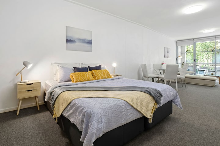 A Cozy & Modern Studio Next to Darling Harbour