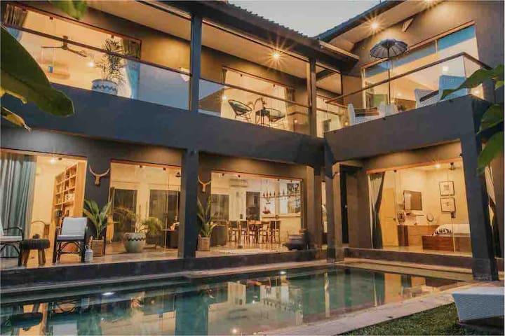 Spectacular and grand 5 bedroom Villa Bellini sleeps 10 guests