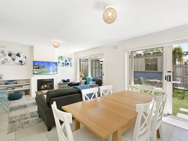 Beach Breeze Bungalow - in the heart of Torquay