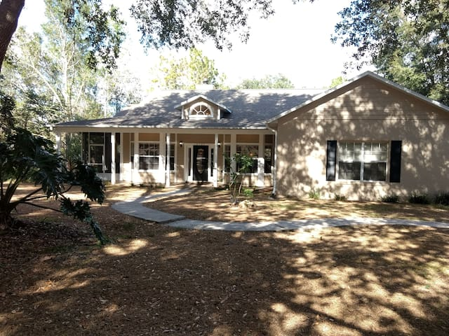 Surrounded by Trees, Cozy Home 36 Min from Disney