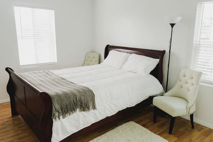 RELAXING QUEEN BED IN AZUSA FAMILY HOME