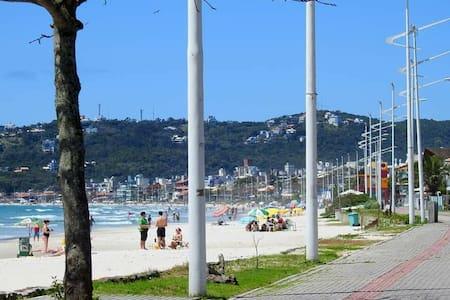 Excelente Ap Praia de Bombas com churrasqueira