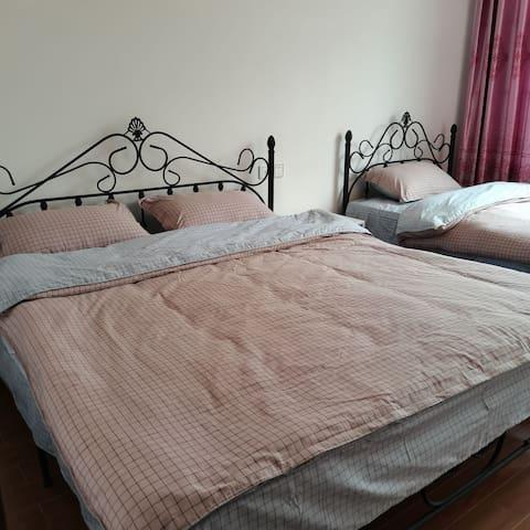 这一间屋是两张床,一张1.8米双人床,一张1.2米单人床