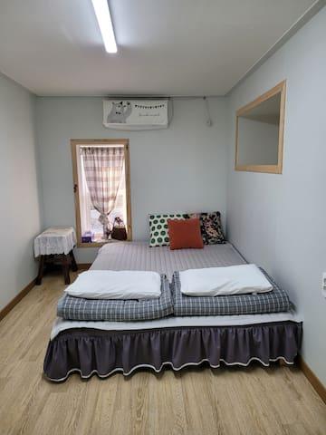 낮은 퀸침대가 있는 방이에요. 원목평상에 두꺼운 라텍스를 올려 매트리스의 삐걱이는 소음없이 숙면을 취할 수 있는 따뜻하고 편안한 방입니다.