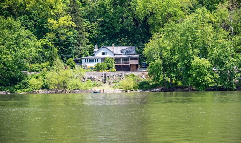 The Family Home on the Lake - Pequea
