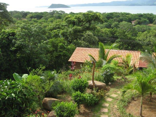 Bungalow y vista hacia Bahia Salinas