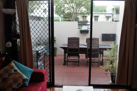 Private Courtyard on James St in City's Heart - Wohnung