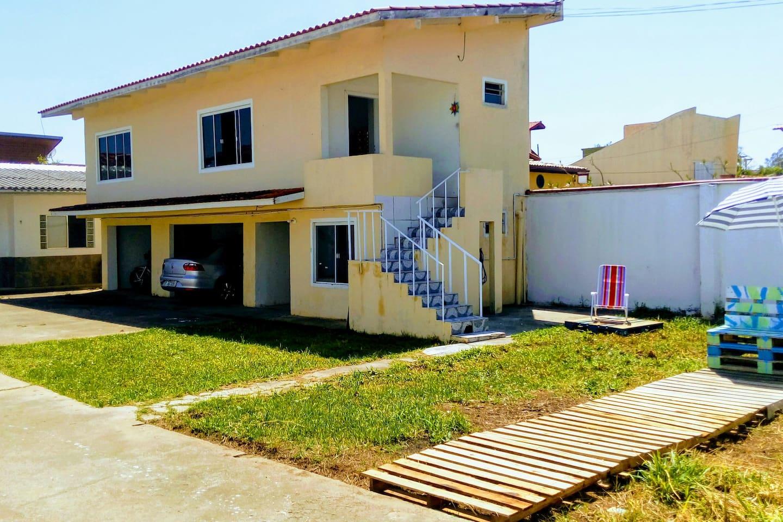 Dormitórios sala/cozinha no andar de cima. Garagem e lavanderia embaixo.