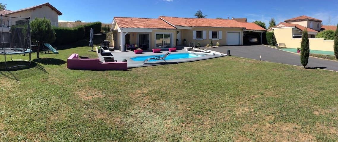 Maison récente et piscine privée chauffée et jeux