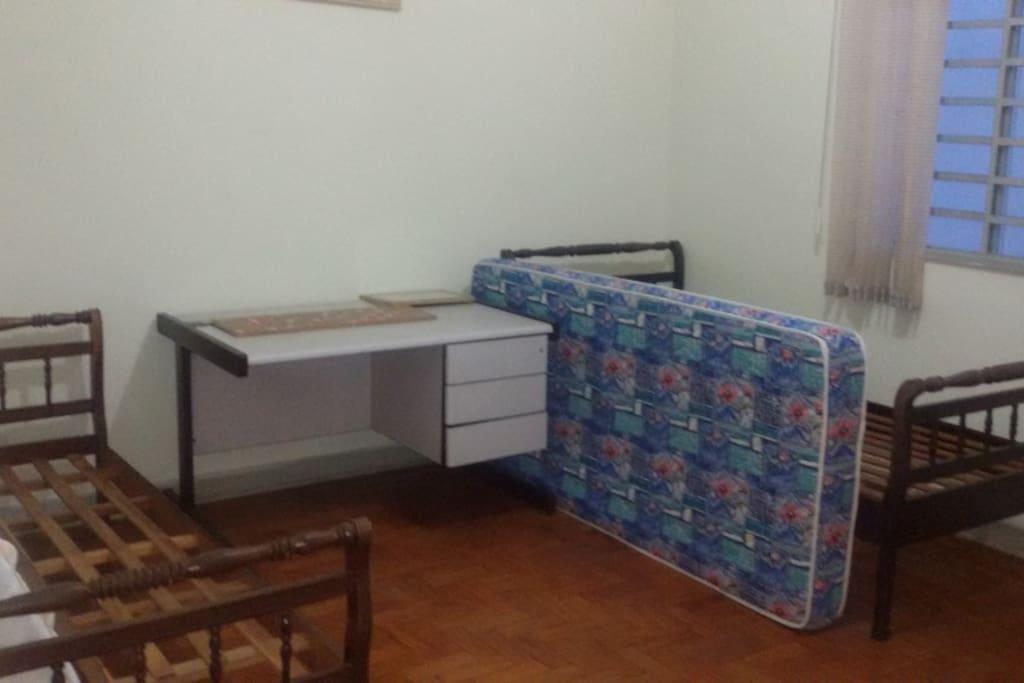 2 camas de solteiro, mesa de escritorio