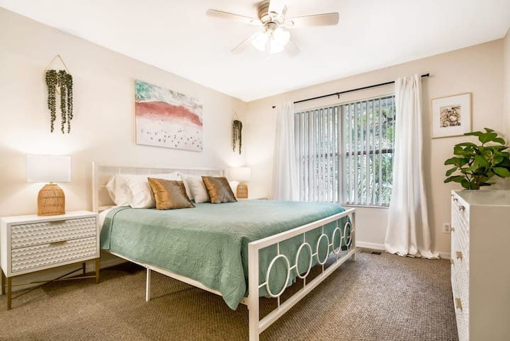 1 Block From St Aug Beach and A Street⛱Apt with Patio and Parking