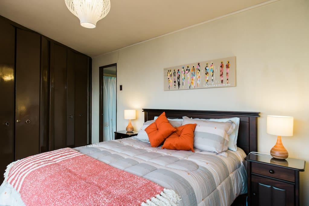 Dormitorio amplio con grandes clóset