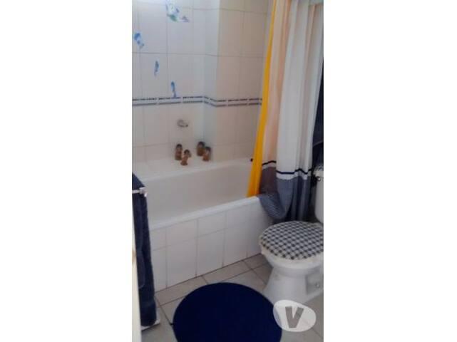 baño con ducha y tina, agua caliente