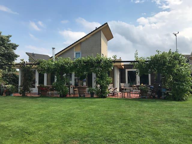 Huiskamer met terras