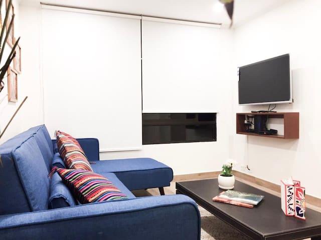 La sala cuenta con wifi, TV con cable y acceso a Netflix