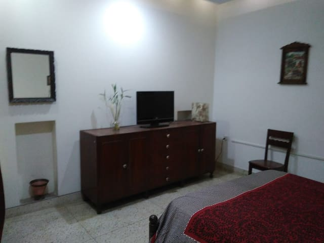 2-bdrm on GF furnished full hse Delhi GK-1+Wifi+TV