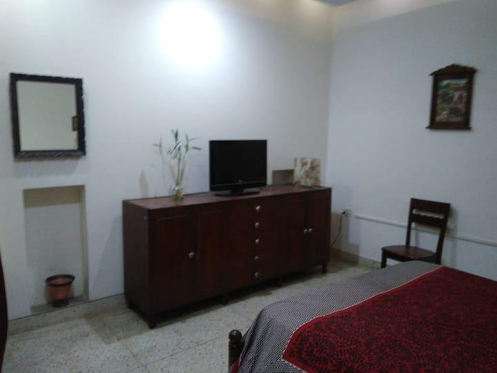 Pvt room in full hse Delhi+WiFi+TV+Metro