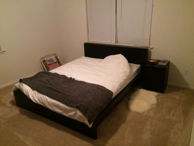 Own Room with Queen Bed - Bel Air - Byt