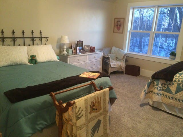 Large 2 Queen bed suite, country home near Purdue