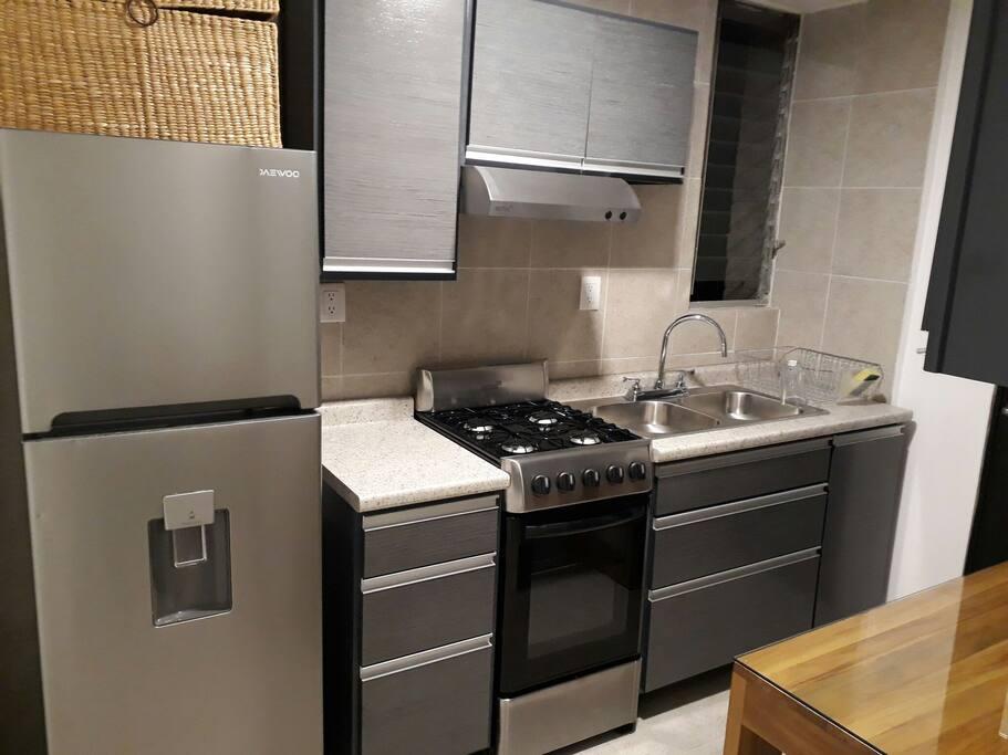 cocina con menaje y electrodomésticos básicos